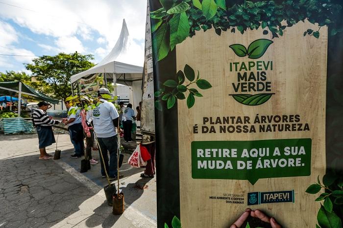 Itapevi Mais Verde distribui 299 mudas e realiza plantio de 58 mudas