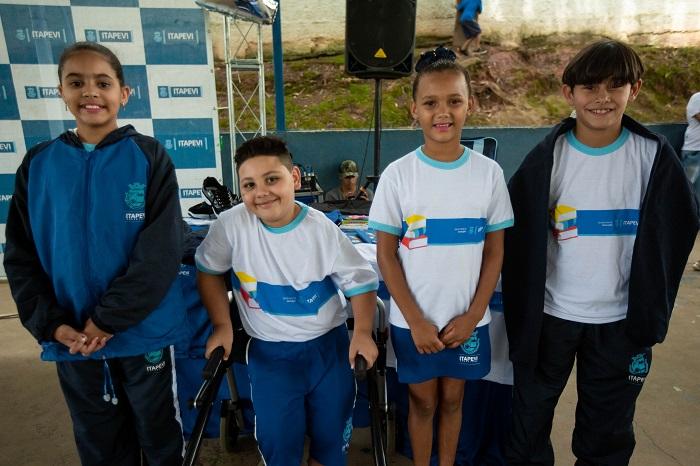 Estudantes da rede municipal de Itapevi receberam novos uniformes e kits escolares