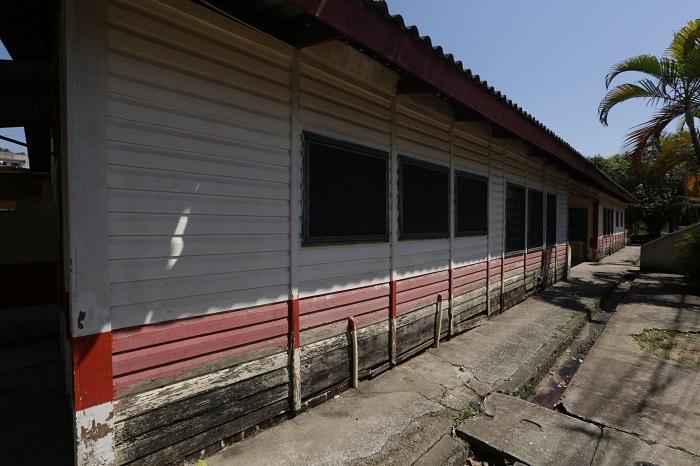 Prefeitura demole escola de madeira para construir Escola do Futuro no Cardoso