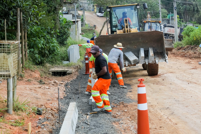 Itapevi inicia obras de pavimentação na Estrada Serra do Aguirre