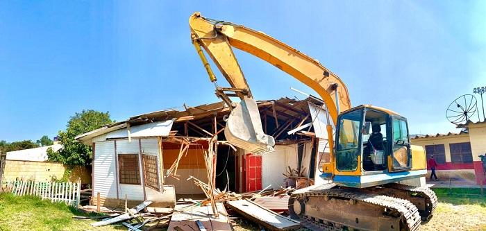 Prefeitura demole escola de madeira